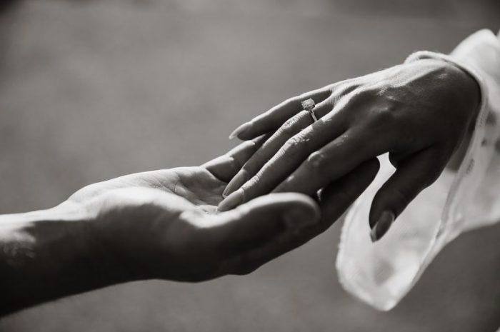 Jak sprawdzić rozmiar pierścionka zaręczynowego na palec?
