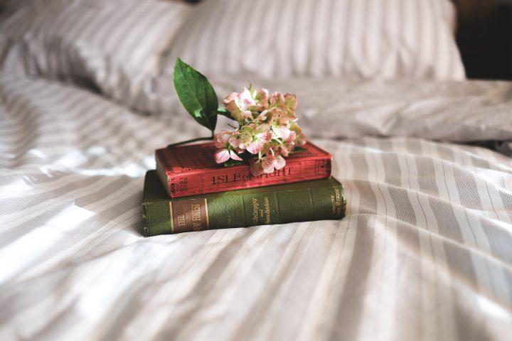 Schludność i spokój, czyli uroki minimalistycznej sypialni