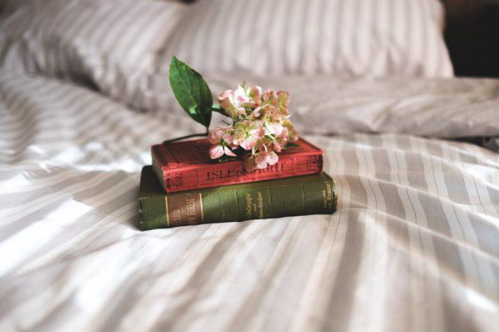 Minimalistyczna sypialnia – jak ją stworzyć w swoim domu?