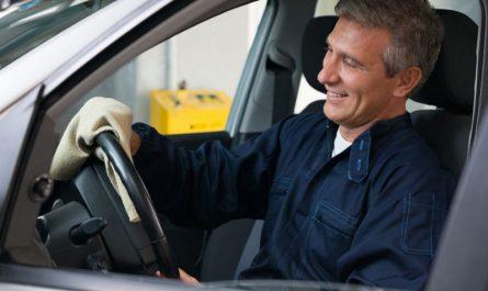 mechanik-wyciera-kierownice