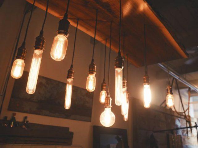 Lampy industrialne do wnętrza. Dlaczego warto nie bać się surowego stylu?