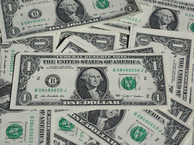 Jak wymienić złotówki na dolary przez Internet?