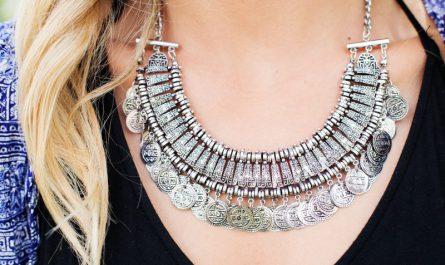 biżuteria dla młodej kobiety