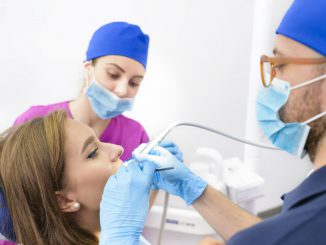 implant stomatologiczny czy mostek
