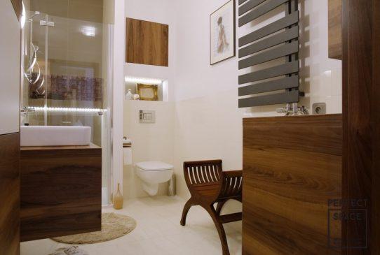 łazienka z drewnianymi elementami