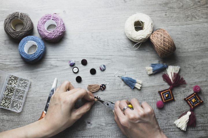Biżuteria handmade – burza kolorów i kreatywności