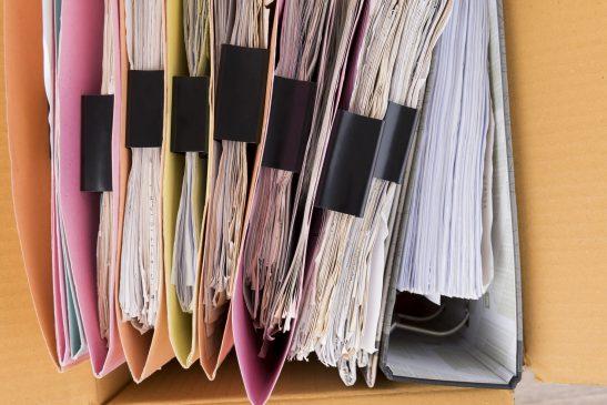 karton z dokumentami do przechowania