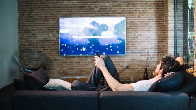 mężczyzna przed telewizorem