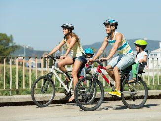 rodzina na rowerach szosowych