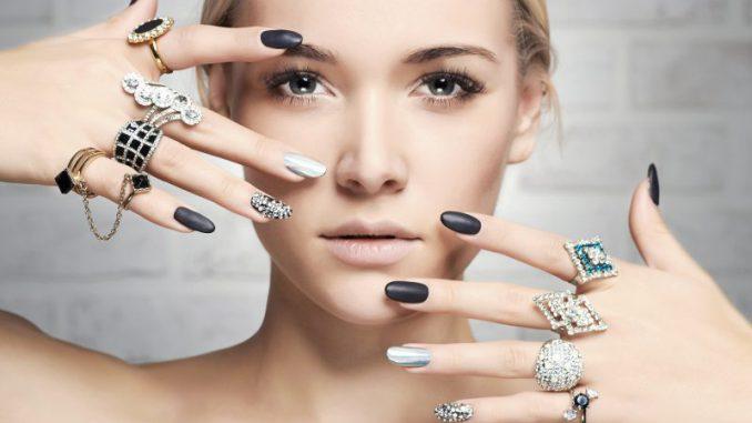 kobieta z biżuterią na dłoniach
