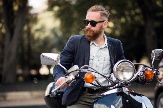 mężczyzna-z-brodą-na-motorze
