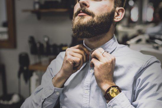 mężczyzna z brodą w koszuli