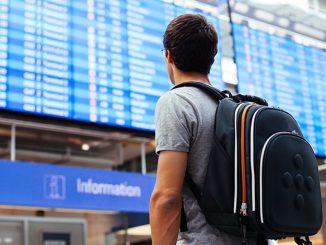 mężczyzna z plecakiem na lotnisku