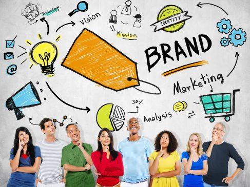 marketingowcy zastanawiają się nad brandingiem firmy
