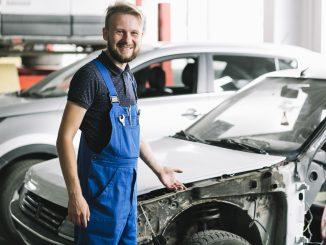 mechanik przy samochodzie