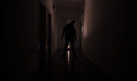 straszna postać w ciemnym korytarzu