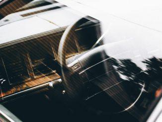 zdjęcie kokpitu samochodu przez szybę