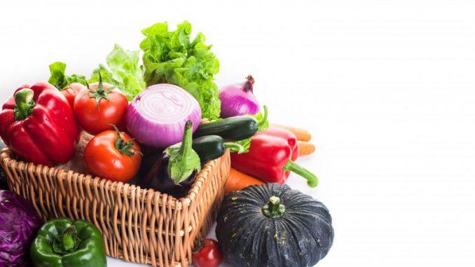 koszyk-polirattanowy-z-warzywami