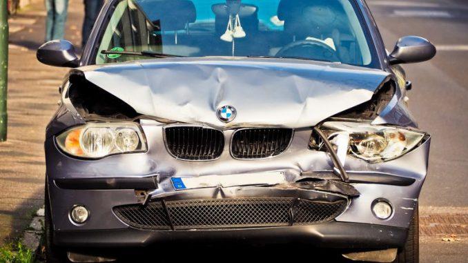 rozbity samochód marki BMW
