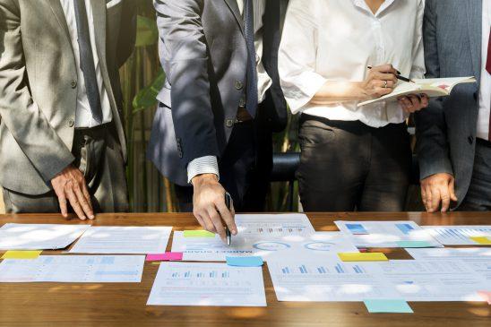 biznesmani-ustalają-strategię-wraz-z-agencją-PR-na-spotkaniu-w-biurze
