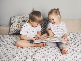 dwójka-dzieci-czytają-książkę-z-obrazkami