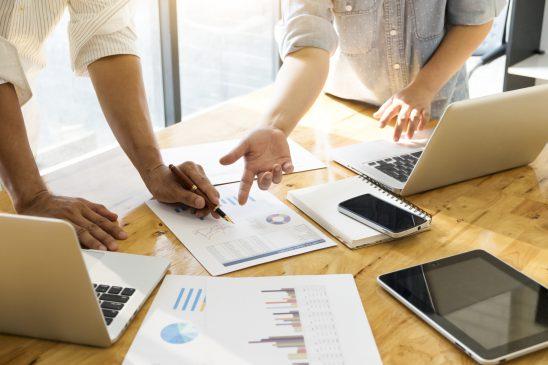 dwoje-biznesmenów-opracowuje-strategie-firmy-w-biurze