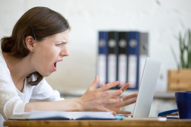 kobieta-siedzi-przed-laptopem-i-jest-zszokowana-tym-co-przeczytała-w-internecie