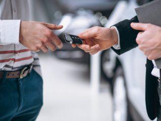 mężczyzna-otrzymuje-klucze-wynajętego-auta
