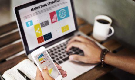mężczyzna-planuje-strategię-marketingową
