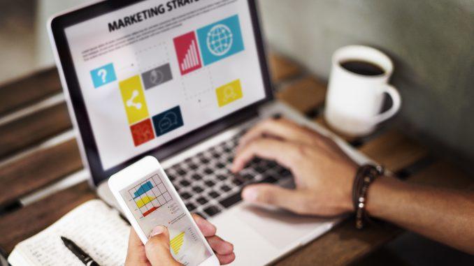 mężczyzna-planuje-strategie-marketingowa-na-laptopie