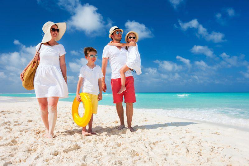 rodzina-z-dwójką-dzieci-na-wakacjach-na-plaży