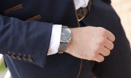 zbliżenie na zegarek na dłoni mężczyzny w eleganckim garniturze