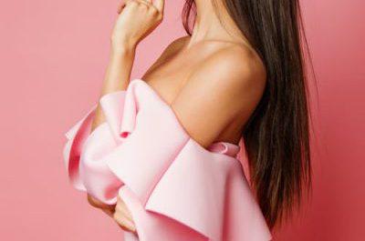 zdjęcie kobiety z profilu ubranej w pudrową sukienkę