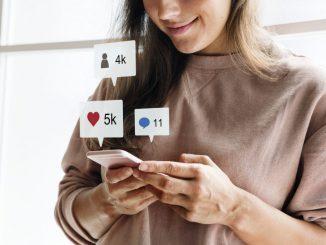 kobieta-uśmiecha-się-korzystając-z-komórki-i-przeglądając-social-media