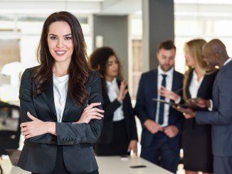uśmiechnięta-kobieta-bizneswomen