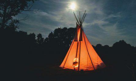 zdjęcie namiotu teepee w bezchmurną noc w lesie