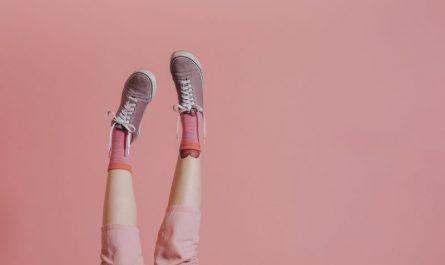 damskie-nogi-uniesione-w-górę