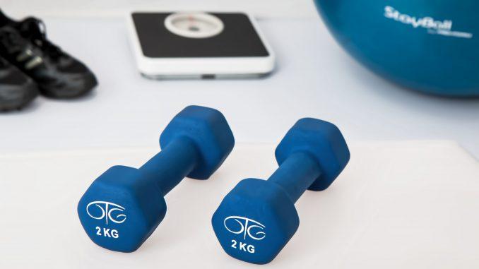 dwukilogramowe niebieskie hantle i piłka do fitness