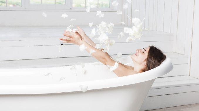 kobieta-kąpie-się-w-wannie