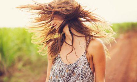 kobieta-macha-włosami-w-słonecznym-dniu