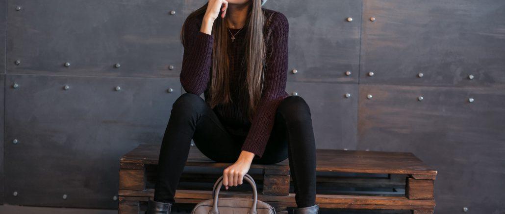 modelka-pozuje-siedząc-na-palecie-w-modnych-ubraniach