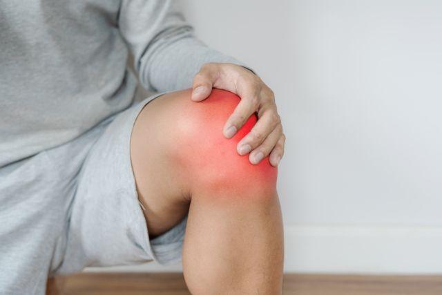 zbliżenie na mężczyznę dotykającego obolałego kolana