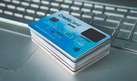 kilkanaście kart płatniczych ułożone w stos