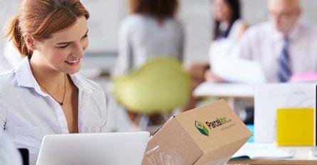 kobieta-odbiera-paczke-w-biurze