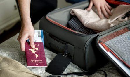 mężczyzna-pakuje-walizkę-kabinową-do-samolotu