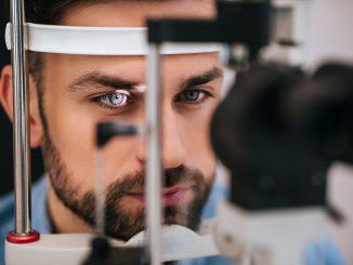mężczyzna w trakcie badania wzroku