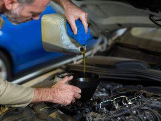 mężczyzna-wlewa-olej-silnikowy-do-wnętrza-silnika