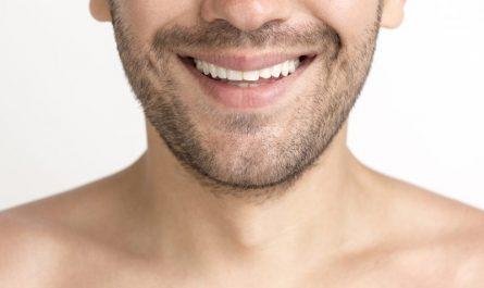 zbliżenie na usta mężczyzny z białym uśmiechem