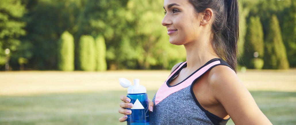 zdjęcie-kobiety-z-profilu-w-stroju-sportowym-w-trakcie-treningu-w-parku