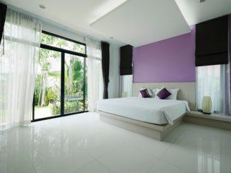 białe firanki w nowoczesnej sypialni